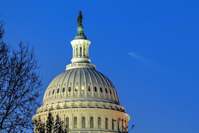 Archivo - HANDOUT - 23 April 2021, US, Washington: A SpaceX Falcon 9 rocket carrying the company's Crew Dragon spacecraft flies over the US Capitol Building in Washington. NASA's SpaceX Crew-2 mission is the second crew rotation mission of the SpaceX Crew