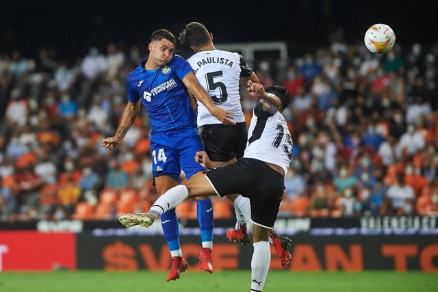 Hugo Duro of Getafe and Gabriel Paulista of Valencia in action during the La Liga Santander match between Valencia and Getafe at Estadio de Mestalla on 13 August 2021 in Valencia, Spain
