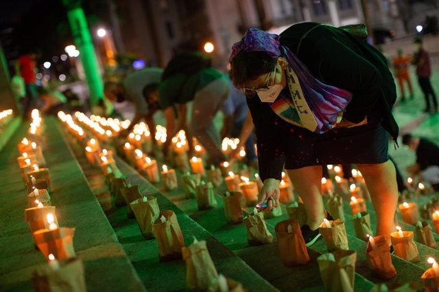 Archivo - 21 June 2021, Brazil, Rio De Janeiro: People light 500 candles in memory of the 500,000 people who have died so far in Brazil from the coronavirus (Covid-19). Photo: Fernando Souza/dpa