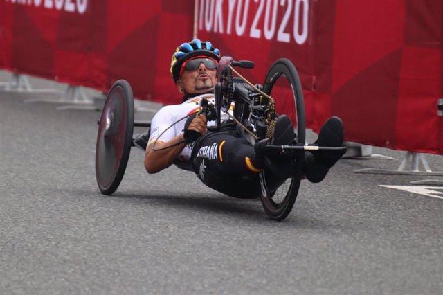 Sergio Garrote durante la prueba en línea para bicicletas de mano H1-2 de los Juegos Paralímpicos de Tokio