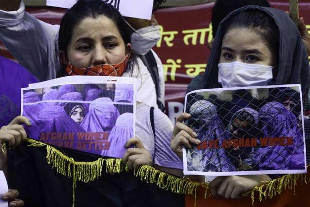 23 August 2021, India, New Delhi: Afghan refugees hold placards during an anti-Taliban demonstration demanding protection for women in Afghanistan following the Taliban takeover. Photo: Manish Rajput   Sopa Images/SOPA Images via ZUMA Press Wire/dpa