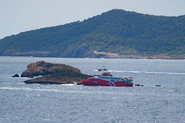 El ferry 'San Gwann' de la naviera FRS encallado en el islote norte de Es Malvins, entre Ibiza y Formentera.