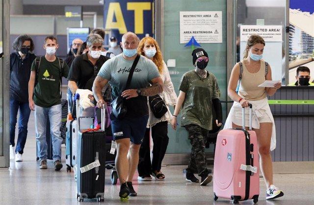 Archivo - Llegada de turistas de varias nacionalidades al aeropuerto de Málaga, foto de recurso