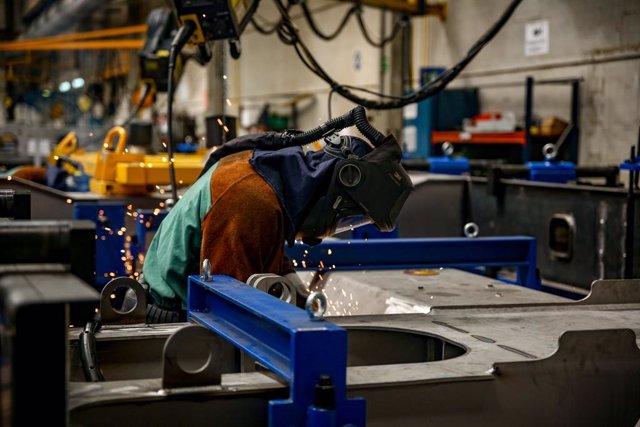 Archivo - Un trabajador en la Factoría de Talgo, a 9 de julio de 2021, en Las Rozas, Madrid (España). La Factoría de Talgo es especialista en la fabricación y mantenimiento de material rodante como trenes de Alta Velocidad, metro o tranvías.
