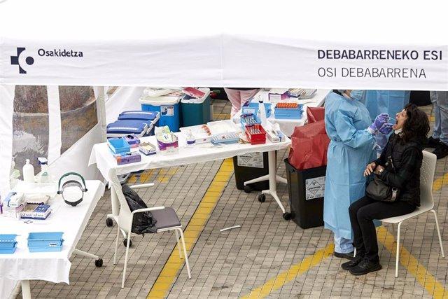 Archivo - Personal de Osakidetza realiza pruebas PCR de detección de coronavirus
