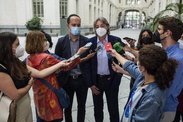 La portavoz de Recupera Madrid, Marta Higueras, y el concejal del Grupo Mixto, José Manuel Calvo, declaran tras una reunión de trabajo con el delegado de movilidad del Ayuntamiento