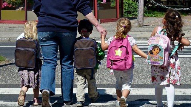 Archivo - Arxivo - Imatge d'arxiu d'un grup de nens anant al col·legi (educació, menors, col·legi, inici del curs)