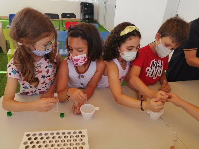 Taller de experimentos de 'Ciencia al fresquito' en su edición de 2021