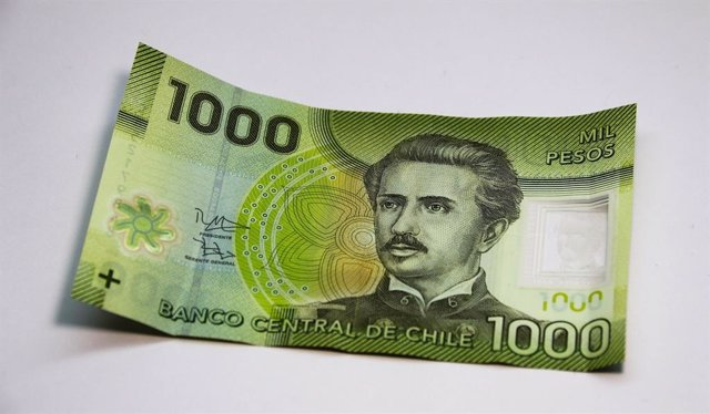 Archivo - Billete de 1.000 pesos chilenos
