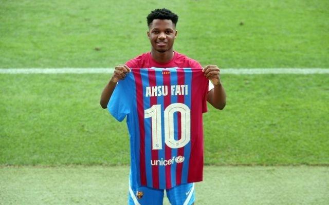 El jugador canterano del FC Barcelona Ansu Fati llevará el '10', que hereda de Leo Messi, en la temporada 2021/22
