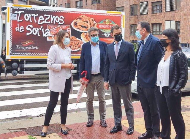 Rocío Lucas visita las obras de mejora en el CEIP Numancia de Soria.