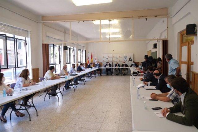 Reunión de los consejeros de Agricultura y Fomento y Medio Ambiente, Jesús Julio Carnero y Juan Carlos Suárez-Quiñones, respectivamente, con ayuntamientos y ganaderos afectados por los incendios en Ávila.