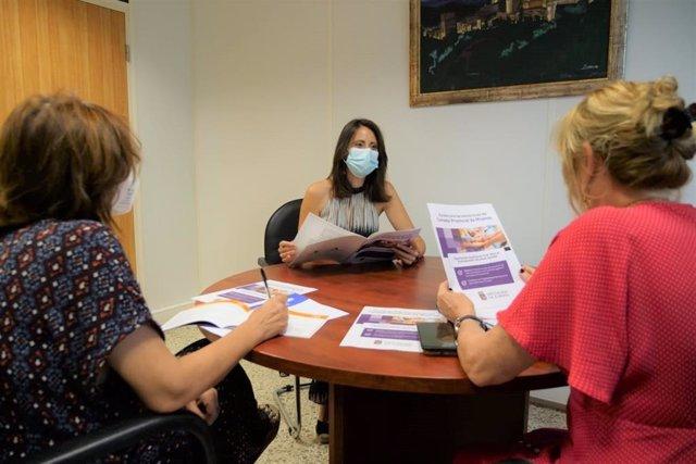 Carmen Belén y técnicos analizando convocatoria de ayudas