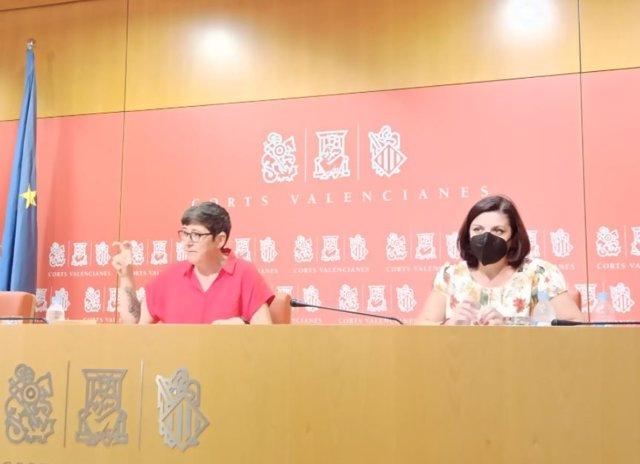 La secretaria general de Podem en la Comunitat Valenciana, Pilar Lima, en rueda de prensa en Les Corts Valencianes junto a la diputada de Estefanía Blanes.