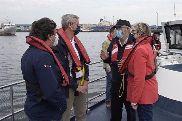 El vicepresidente primero de la Xunta, Alfonso Rueda, y la conselleira do Mar, Rosa Quintana, embarcan en la patrullera 'Punta Seixo Branco', de lucha contra el furtivismo