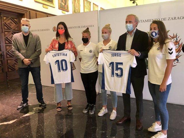 El alcalde y la concejala de Deportes han recibido al Zaragoza Club de Fútbol Femenino en el Ayuntamiento