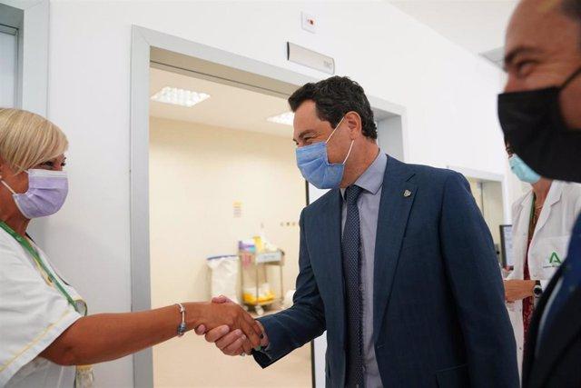 Juanma Moreno saluda al personal del Hospital de La Janda en Vejer