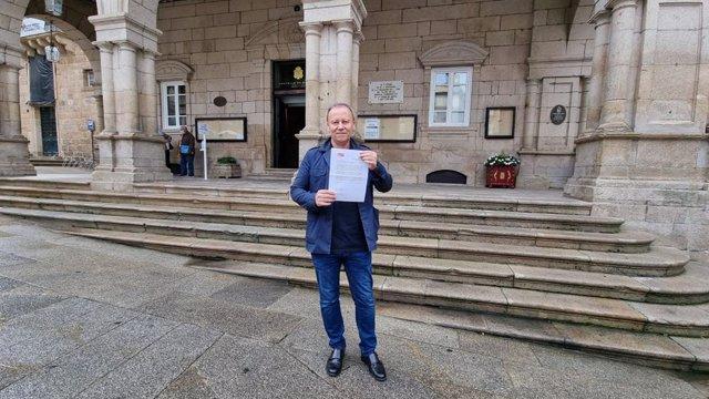 El portavoz local del PSOE de Ourense, Rafael Rodríguez Villarino, con el escrito presentado a Jacóme