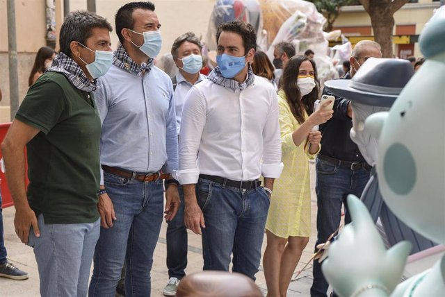 El secretario general del PP, Teodoro García Egea, junto al presidente del PPCV, Carlos Mazón, y el de la formación en la provincia de Valencia, Vicent Mompó, durante su visita a la falla del Pilar coincidiendo con el inicio de los actos falleros.