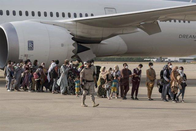 Ciudadanos afganos llegando a la base aérea de Torrejón de Ardo (Madrid) tras ser evacuados de Afganistán.