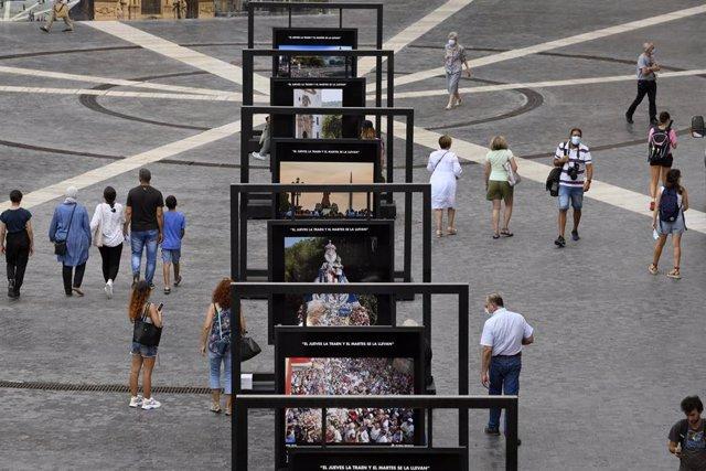 Una de las exposiciones en la Plaza del Cardenal Belluga