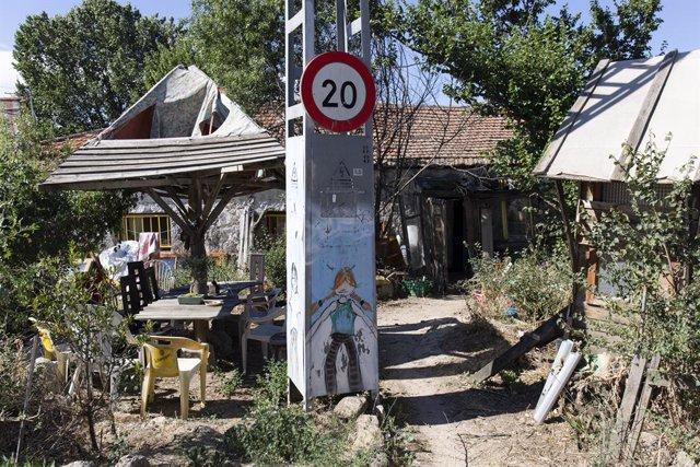 Archivo - El patio de una casa en la comunidad de Navalquejigo, a 12 de julio de 2021, en El Escorial, Madrid (España). Navalquejigo es una comunidad autogestionada que se encuentra entre los municipios de El Escorial, Galapagar y San Lorenzo de El Escori