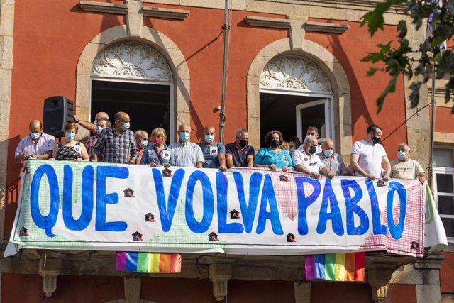 """Un grupo de personas sostiene una pancarta en una concentración por la """"situación agónica"""" del marinero gallego retenido en Yemen, a 28 de agosto de 2021, en Bueu Pontevedra, Galicia, (España). Convocada por la Central Unitaria de Traballadores (CUT), la"""