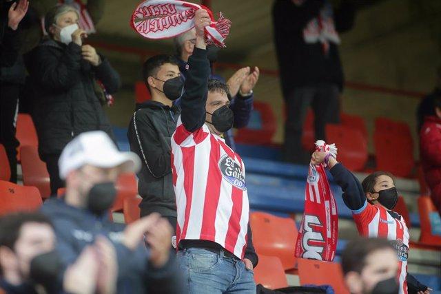 Archivo - Varios aficionados, en las gradas del estadio Ángel Carro, durante un partido de Segunda División entre el Club Deportivo Lugo y el Mirandés, a 15 de mayo de 2021, en Lugo, Galicia (España). Este es uno de los primeros partidos de fútbol celebra
