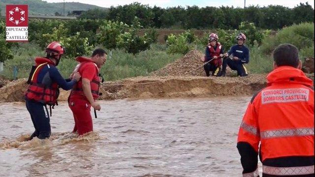 Bomberos trabajando en las inundaciones de Vinaròs