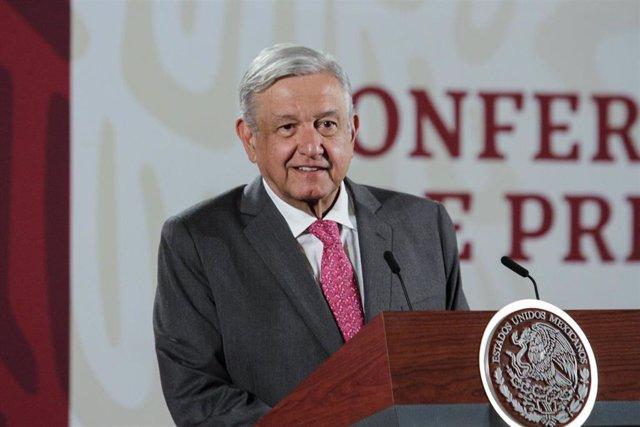 """Archivo - México.- El presidente de México advierte de una """"mano negra"""" de la derecha en la huelga feminista del 9 de marzo"""