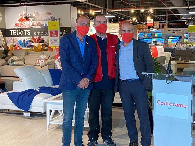 Miquel Pueyo, alcalde de Lleida, Luis Miguel Rodríguez, director de la tienda de Conforama en la ciudad y David Almeida, director general de Conforama Iberia.