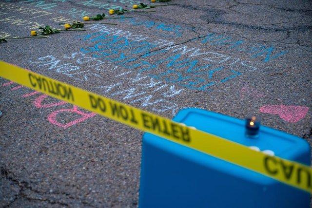 Flores y velas en un memorial en recuerdo a las víctimas de un tiroteo en un instituto de Colorado, Estados Unidos
