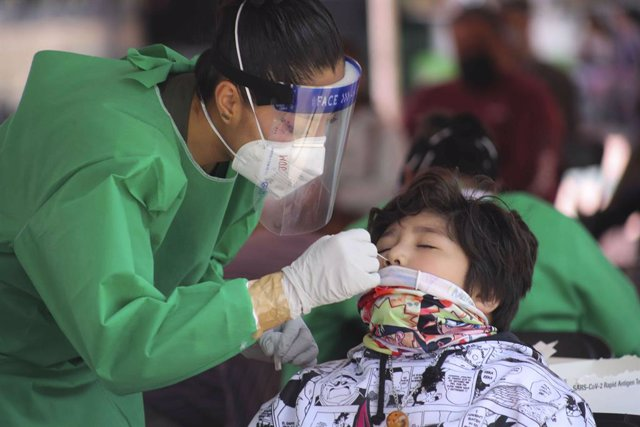 20 August 2021, Mexico, Toluca: A health worker takes a swab for a coronavirus test from a child at a test centre in Toluca. Photo: -/El Universal via ZUMA Press Wire/dpa