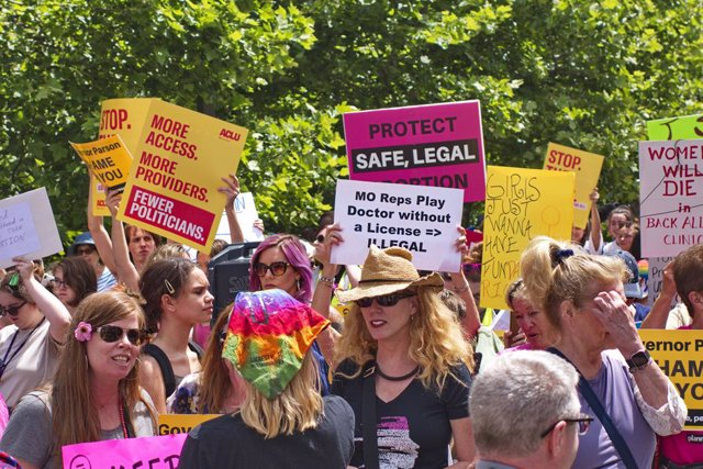Archivo - 30 May 2019, US, St. Louis: Pro-abortion activists hold a rally in downtown St. Louis to protest the potential closing of a Planned Parenthood location, the last abortion clinic in the state. Photo: Steve Pellegrino/ZUMA Wire/dpa
