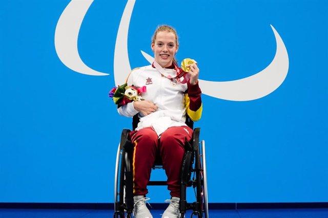 Marta Fernández con su medalla de oro de los 50 braza SB3 de los Juegos Paralímpicos de Tokio