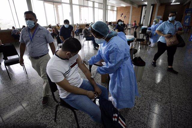 Archivo - Vacunación contra la COVID-19 en la capital de Honduras, Tegucigalpa