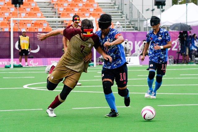 Sergio Alamar intenta escaparse de un rival en el España-Japón de los Juegos Paralímpicos de Tokio