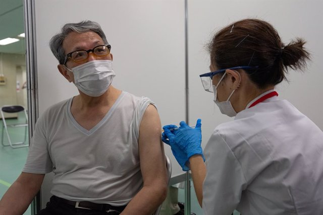 Archivo - 24 May 2021, Japan, Tokyo: A pensioner receives the Moderna coronavirus vaccine at the newly-opened mass vaccination centre. Photo: Carl Court-Pool/ZUMA Wire/dpa