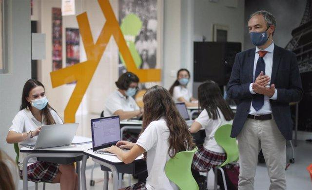 Archivo - El profesor de Matemáticas de 4º de la ESO, Alejandro Díaz, durante una clase impartida en el colegio SEK Ciudalcampo, en San Sebastián de los Reyes, Madrid (España), a 18 de septiembre de 2020. El Colegio internacional y privado SEK Ciudalcampo