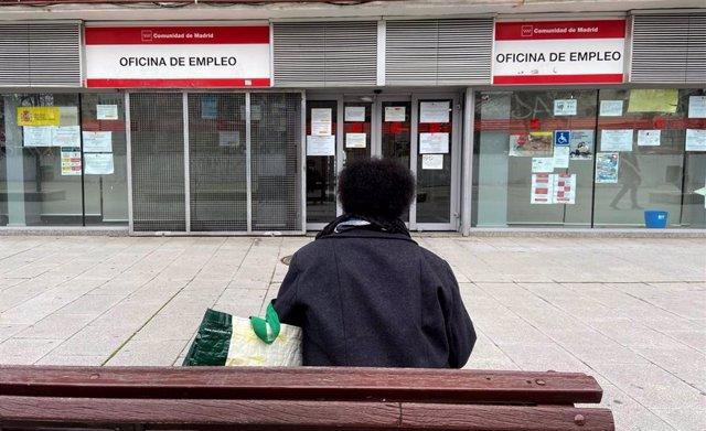 Archivo - Una persona espera en las inmediaciones de una Oficina de Empleo