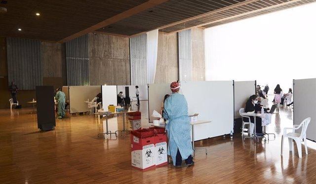 Archivo - Una profesional sanitaria, en un dispositivo de vacunación masiva frente al Covid-19, en el Palacio de Exposiciones y Congresos de Santander, en Cantabria