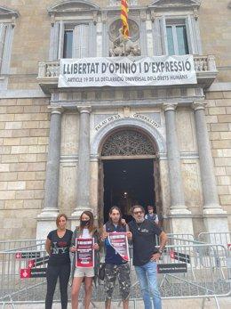 Membres de Fecalon en vaga de fam acampats a la plaça Sant Jaume de Barcelona