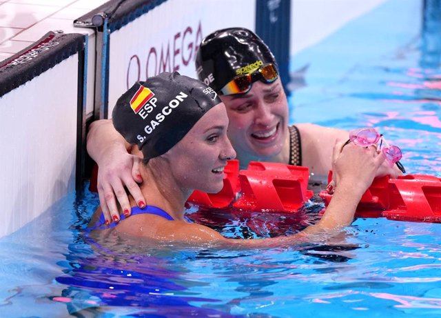 31 August 2021, Japan, Tokyo: New Zealand's gold medallist Sophie Pascoe and Spain's silver medallist Sarai Gascon celebrate after the Women's 100m Freestyle S9 Final Swimming event, at the Tokyo Aquatics Centre during the Tokyo 2020 Paralympic Games. Pho