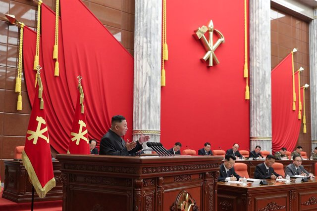Archivo - HANDOUT - 29 June 2021, North Korea, Pyongyang: A picture provided by the North Korean state news agency (KCNA) on 30 June 2021, shows North Korean leader Kim Jong-un (L) speaking during the Workers' Party's politburo meeting on coronavirus. Pho