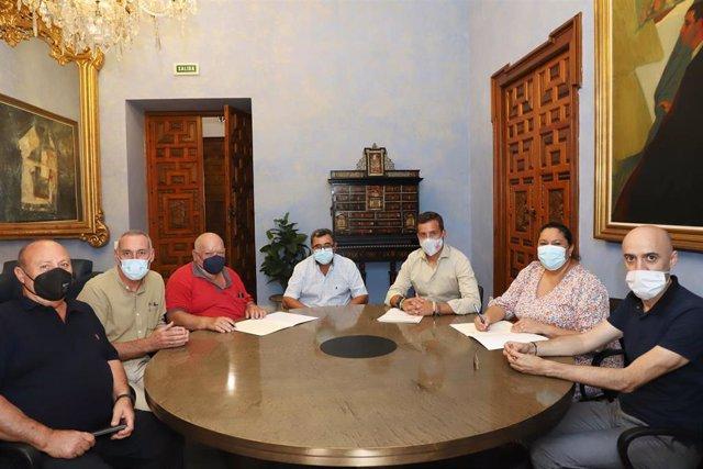 Archivo - La presidenta de Iprodeco, Dolores Amo (segunda por la dcha.), firma el convenio con la Sociedad Deportiva de Cazadores de Cabra.