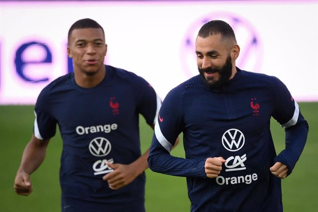 31 August 2021, France, Strassburg: Franc's Kylian Mbappe (L) talks to Karim Benzema during a training session of French national soccer team at Meineau stadium ahead of Wednesday's Qatar 2022 World Cup qualifying soccer match against Bosnia and Herzegovi