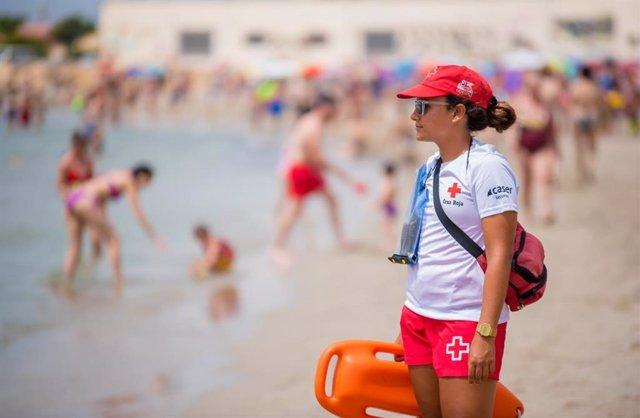 Socorrista de Cruz Roja en una calle de Alicante
