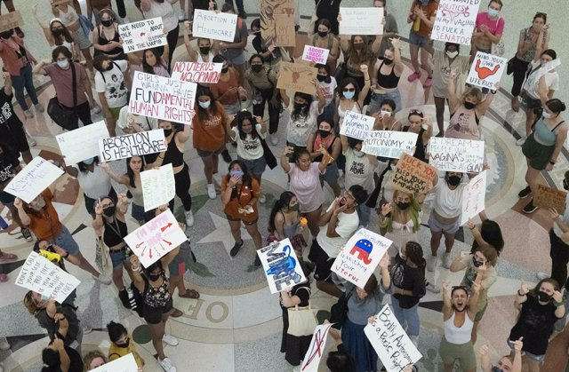 01 September 2021, US, Austin: Women of the University of Texas take part in a rally at the Texas Capitol to protest against Governor Greg Abbott's signing of the nation's strictest abortion law that makes it a crime to abort a fetus after six weeks, or w
