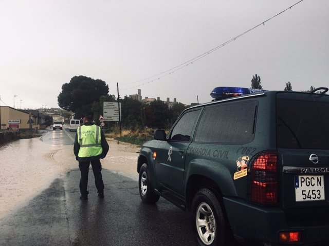 Patrulla de la Guardia Civil en Artajona, afectada por las fuertes lluvias
