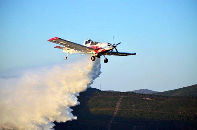Uno de los aviones de Plysa, realizando una descarga durante una de sus intervenciones.